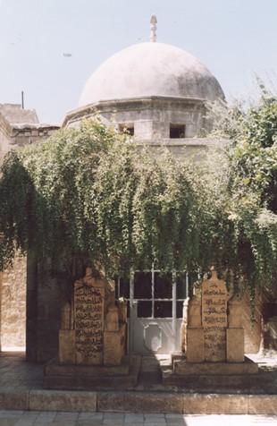 نمای بیرونی مقبره ابویحیی کواکبی در مسجد کواکبی حلب (عکس از نگارنده، 26-6-1383)